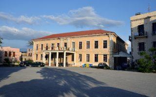 «Χώρος κοινωνικών δράσεων και αναψυχής κατοίκων και επισκεπτών» είναι το κτίριο της Μεραρχίας στα Χανιά, που ανήκει στο Πολυτεχνείο Κρήτης. Αυτό υποστηρίζει η εισήγηση του υπουργείου Πολιτισμού προς το ΚΑΣ - Κεντρικό Συμβούλιο Νεωτέρων Μνημείων (ΚΑΣ - ΚΣΝΜ) για το κτίριο, που παραμένει κατειλημμένο από άτομα του αντιεξουσιαστικού χώρου από το 2004.