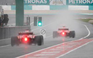 Οι δύο Φεράρι έκαναν τις πρώτες δοκιμές στη βροχερή Μαλαισία.