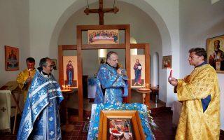 Ιερείς της Ρωσικής Ορθόδοξης Εκκλησίας σε ένα μικρό ξωκκλήσι κοντά στο χωριό Ζαλαβάρ της Ουγγαρίας.
