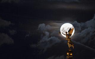 Ψηλά. Αντί να αγχωθείτε με το τι λένε τα άστρα για τις πανσελήνους και τι καινούργιο κακό θα μας βρει πάλι, κοιτάξτε ψηλά και απολαύστε την. Στην φωτογραφία το φεγγάρι κάνει το τέλειο σχήμα στον ουρανό πάνω από την σκεπή της Ακαδημίας Τεχνών στην Δρέσδη. Monika Skolimowska/dpa via AP
