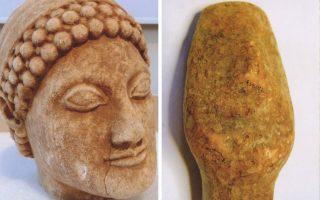 Η μαρμάρινη κεφαλή αγάλματος (αριστερά) βρέθηκε σε σακίδιο στο κατάστημα της κατηγορουμένης. Η κεφαλή ειδωλίου (δεξιά) ήταν τυλιγμένη με χαρτοπετσέτα. Η κάτοχός τους υποστηρίζει ότι είναι πλαστά.