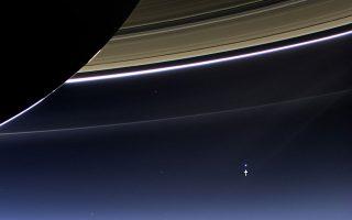 Διακρίνετε στα δεξιά της εικόνας μια ελάχιστη κουκκίδα, ανάμεσα στον Κρόνο και στους δακτυλίους του; Αυτή είναι η Γη, όπως τη φωτογράφισε το «Κασίνι».
