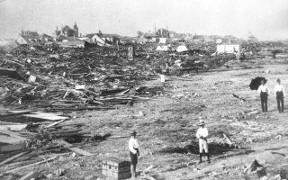 Η πόλη του Γκάλβεστον στο Τέξας των Ηνωμένων Πολιτειών έχει ισοπεδωθεί ολοσχερώς από την επέλαση έκπληξη ενός τυφώνα, το 1900. Περισσότερα από 6.000 άτομα έχασαν τη ζωή τους και 10.000 έμειναν χωρίς στέγη από την καταστροφική καταιγίδα.(AP Photo)
