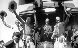 Ο κυβέρνητης της Νέας Υόρκης, Φραγκλίνος Ρούζβελτ, τυγχάνει ένθερμης υποδοχής από μία ομάδα καουμπόηδων υποστηρικτών του, στο Λάραμι του Ουαϊόμινγκ, κατά τη διάρκεια της προεκλογικής του καμπάνιας για την προεδρία των Ηνωμένων Πολιτειών, το 1932. (AP Photo)