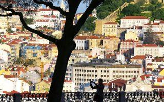 Στην παλιά πόλη της Λισαβόνας τα κτίρια συναντιούνται σε ένα ψηφιδωτό χρωμάτων και εικόνων. (Φωτογραφία: © AP Photo/Armando Franca)
