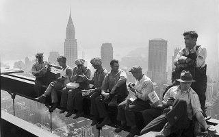 Σε μία από τις ιστορικότερες φωτογραφίες της Νέας Υόρκης, η οποία προκαλεί από μόνη της ίλιγγο, οκτώ εργάτες κάνουν διάλειμμα από τη δουλειά και παίρνουν το κολατσιό τους στην κορυφή ενός ουρανοξύστη, όντας αταραχοί με το γεγονός ότι κάθονται σε μία ατσάλινη δοκό που βρίσκεται 256 μέτρα πάνω από το έδαφος, το 1932. (ΑP Photo)