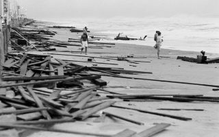 Μία παραλία της Βιρτζίνια Μπιτς έχει κατακλυστεί από τις σανίδες μίας ξύλινης αποβάθρας που δεν άντεξε το πέρασμα του τυφώνα Γκλόρια, ο οποίος πέρασε μερικά χιλιόμετρα μακριά από την ακτή κατά τη διάρκεια της πορείας του στον Ατλαντικό Ωκεανό, το 1985. (ΑP Photo/Steve Helber)