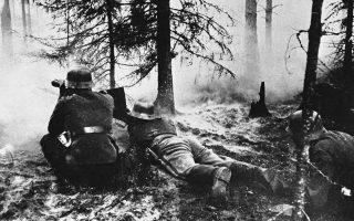 Στρατιώτες του φινλανδικού στρατού κρατούν τις θέσεις τους λυσσαλέα παρά την πυρκαγιά που έχει προκληθεί γύρω τους από σοβιετικά πυρά, κατά τη διάρκεια πολεμικών επιχείρησεων ανακατάληψης εδαφών που έχασαν από τον σοβιετικό στρατό στον «Χειμερινό Πόλεμο» του 1939-40, κάπου στη Φινλανδία, το 1941. (AP Photo)