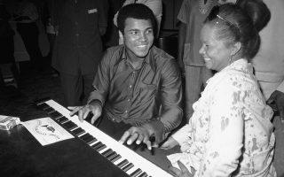 Ο Αφροαμερικανός πυγμάχος Μοχάμεντ Αλί αφήνει προσωρινά τα γάντια του μποξ και εξασκείται στο πιάνο, κατά την επίσκεψη του στο μουσικό φεστιβάλ του Ζαΐρ, στην Κινσάσα, το 1974. Στο φεστιβάλ συμμετέχουν πολλοί Αφροαμερικανοί καλλιτέχνες, μεταξύ των οποίων και η θρυλική Έτα Τζέιμς, η οποία κάθεται δίπλα του και τον παρακολουθεί χαμογελαστή. (AP Photo/Horst Faas)