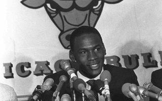 O 21χρονος Μάικλ Τζόρνταν μιλάει σε δημοσιογράφους, αμέσως μετά την υπογραφή επταετές συμβολαίου με τους Σικάγο Μπουλς, την ομάδα μέσα από την οποία θα αναδειχθεί το μοναδικό μπασκετικό του ταλέντο, το 1984. (ΑP Photo/Charlie Knoblock)