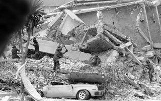 Άντρες των μεξικανικών ομάδων διάσωσης ψάχνουν για επιζώντες στα συντρίμμια ενός κτιρίου που κατέρρευσε από τον καταστροφικό σεισμό που έπληξε την Πόλη του Μεξικό, το 1985. (AP Photo/David Sedeno)
