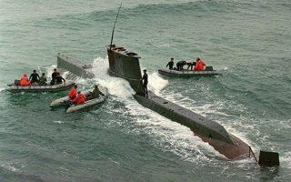 Τρία φουσκωτά σκάφη του νοτιοκορεατικού πολεμικού ναυτικού πραγματοποιούν έλεγχο σε ένα βορειοκορεατικό υποβρύχιο που εντοπίστηκε κοντά στο ανατολικό λιμάνι της Κανγκρούνγκ, βορειοανατολικά της Σεούλ, το 1996. Το υποβρύχιο, το οποίο μετέφερε και παρέλαβε τρία μέλη των ειδικών δυνάμεων που εισήλθαν μυστικά στη χώρα για συλλογή πληροφοριών, βρέθηκε κοντά στην ακτή ακινητοποιημένο, καθώς προσέκρουσε στον πάτο του βυθού και το πλήρωμα απέτυχε στις προσπάθειες του να το απελευθερώσει. Η προσέγγιση του νοτιοκορεατικού ναυτικού είχε ως αποτέλεσμα να σκοτωθούν τρεις Βορειοκορεάτες, μέλη του πληρώματος και να πιαστεί αιχμάλωτος ένας. (AP Photo/Ahn Young-joon)
