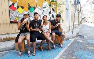 Η Κάθι, ο Τζον, η Σίντι και ο Κλιφ, Νεουορκέζοι στο Φεϋρούζ της Αιόλου. Φωτογραφίες: Κατερίνα Καμπίτη