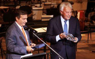 Ο Γιώργος Καμίνης βραβεύει τον Φελίπε Γκονζάλες