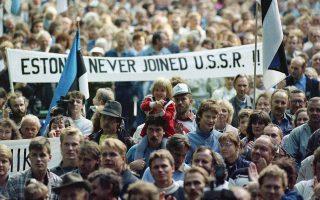 Ταλίν, 23 Αυγούστου 1989. Πλήθος διαδηλώνει κατά την επέτειο υπογραφής του μυστικού πρωτοκόλλου που περιλάμβανε το σύμφωνο Μολότοφ-Ρίμπεντροπ, βάσει του οποίου η Εσθονία παραχωρήθηκε στην ΕΣΣΔ.