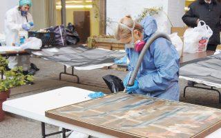 Εθελοντές της ομάδας NHR συντηρούν διασωθέντα έργα τέχνης μετά τον τυφώνα «Σάντι», που έπληξε την ανατολική ακτή των ΗΠΑ το 2012.