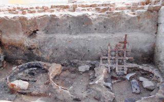 Τα ευρήματα προέρχονται από τον οικιστικό άξονα εκατέρωθεν του κεντρικού δρόμου (Εγνατίας Οδού), όπου η φωτιά άφησε πίσω της συντρίμμια.