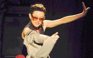 H Gabrielle Neuhaus από το Ισραήλ επιμελείται ένα χορευτικό εγχειρίδιο για... μοναχικούς θαμώνες μπαρ, με τίτλο «Barcode».
