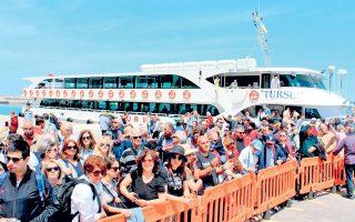 Αφιξη Τούρκων τουριστών στη Σάμο. Πλήθος συμβολαίων έχουν υπογράψει οι επιχειρηματίες του νησιού με τη γείτονα για τον Οκτώβριο και τώρα φοβούνται μήπως οι συμφωνίες αυτές μείνουν στα χαρτιά.