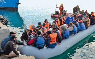 Περισσότερα από 150 άτομα φθάνουν καθημερινά στα νησιά. Στη Λέσβο παραμένουν εγκλωβισμένα περισσότερα από 6.400 άτομα και στη Σάμο 3.000.