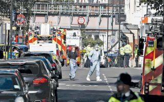 Ασθενοφόρα έξω από τον σταθμό Πάρσονς Γκριν, στο Φούλαμ του δυτικού Λονδίνου. Εκρηξη αυτοσχέδιου μηχανισμού σε βαγόνι τρένου, χθες, την ώρα της πρωινής αιχμής, οδήγησε στον τραυματισμό 29 ανθρώπων. Παρ' όλα αυτά, το Λονδίνο χαρακτηρίστηκε «τυχερό», γιατί ο μηχανισμός δεν εξερράγη πλήρως, οδηγώντας ταχύτατα στον εντοπισμό του πιθανού δράστη. Ο Αμερικανός πρόεδρος Ντόναλντ Τραμπ χρησιμοποίησε την επίθεση για να αιτιολογήσει τις ταξιδιωτικές απαγορεύσεις που επιθυμεί να επιβάλει σε κατοίκους μουσουλμανικών χωρών.