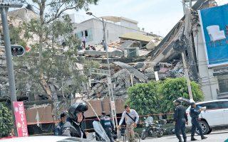 Μία από τις δεκάδες καταρρεύσεις κτιρίων μετά τον σεισμό των 7,1 Ρίχτερ που συγκλόνισε την Πόλη του Μεξικού και τα κρατίδια Μορέλος και Πουέμπλα χθες το μεσημέρι, στις 13.14 τοπική ώρα, μερικές μέρες μετά το χτύπημα των 8,1 Ρίχτερ. Οι πρώτες πληροφορίες έκαναν λόγο για 44 νεκρούς, αλλά υπάρχουν φόβοι για πολύ μεγαλύτερες απώλειες. Λίγες ώρες νωρίτερα, οι Μεξικανοί είχαν συμμετάσχει σε ασκήσεις ετοιμότητας, με αφορμή τη συμπλήρωση ακριβώς 32 χρόνων από τον φονικό σεισμό του 1985.
