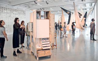 Το ΕΜΣΤ συνεχίζει να «εγκαινιάζεται» εκτός του κτιρίου στο Φιξ. Στο πλαίσιο της documenta 14 στο Κάσελ, η έκθεση «Αντίδωρον» στο Fridericianum, με έργα από τη σπουδαία συλλογή του Μουσείου, τράβηξε τα βλέμματα των χιλιάδων επισκεπτών. Η «Κ» βρέθηκε στην αυλαία της φουάρ την περασμένη Κυριακή, περιηγήθηκε στις εκθέσεις στη μικρή γερμανική πόλη και είδε την πικρία στα πρόσωπα του καλλιτεχνικού διευθυντή της διοργάνωσης, Ανταμ Σίμτσικ, και των συνεργατών του, εξαιτίας της γενικευμένης επίθεσης που δέχονται για το έλλειμμα των 7 εκατ. ευρώ.