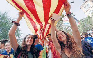 Φοιτήτριες σε διαδήλωση υπέρ του δημοψηφίσματος για την απόσχιση της Καταλωνίας, χθες, στη Βαρκελώνη. Ούτε η Μαδρίτη ούτε οι Καταλανοί υποχωρούν από τις διαμετρικά αντίθετες θέσεις τους, αφήνοντας τους παρατηρητές να διερωτώνται αν η διάθεση στους δρόμους θα παραμείνει τόσο αισιόδοξη και ειρηνική και την Κυριακή, όταν οι ψηφοφόροι βρουν τα εκλογικά τμήματα σφραγισμένα από την ισπανική αστυνομία. Σύσκεψη χθες, ανάμεσα στις αρχές της Καταλωνίας και της Μαδρίτης για ζητήματα ασφαλείας, δεν ήρε το αδιέξοδο.