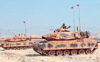 Με τη συμμετοχή δεκάδων αρμάτων μάχης και μονάδων πυροβολικού ξεκίνησαν χθες, απροειδοποίητα, γυμνάσια του τουρκικού στρατού κοντά στα σύνορα με το βόρειο Ιράκ. Στη φωτογραφία, στιγμιότυπο των γυμνασίων από τοποθεσία κοντά στη Σιλώπη.