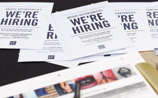 Οι συνθήκες στην αγορά εργασίας των ΗΠΑ συνεχίζουν να βελτιώνονται. Στη φωτογραφία, αιτήσεις για θέσεις εργασίας σε αλυσίδα καταστημάτων.