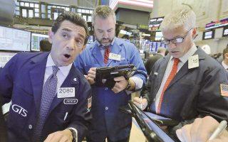 Ο S&P 500 έκλεισε με άνοδο 0,07% στις 2.498,31 μονάδες, ο Dow Jones επίσης σημείωσε ρεκόρ με άνοδο 0,17% στις 22.156,66 μονάδες και ο Nasdaq έκλεισε ενισχυμένος κατά 0,009% στις 6.460,19 μονάδες.