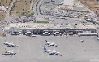 Αποζημίωση ύψους 70 εκατ. προτίθεται να διεκδικήσει η Fraport από το ελληνικό Δημόσιο, σύμφωνα με δημοσίευμα του Spiegel. Η διεκδίκηση αφορά φθορές που υπέστησαν κτίρια και υποδομές των 14 αεροδρομίων το διάστημα μεταξύ της υποβολής της προσφοράς και της παραχώρησής τους στην εταιρεία. Σύμφωνα με το δημοσίευμα, η Fraport έχει συντάξει αναλυτική κατάσταση με τις φθορές σε κάθε αεροδρόμιο.