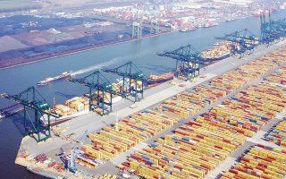 Επειτα από πολλά χρόνια παρατηρείται στην Ευρωζώνη αύξηση των θέσεων εργασίας και σημαντική ενίσχυση της εξαγωγικής δραστηριότητας. Στη φωτογραφία φαίνεται ο σταθμός εμπορευματοκιβωτίων στο λιμάνι του Ρότερνταμ.