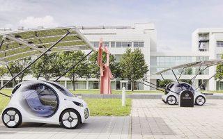 Τα ηλεκτροκίνητα μοντέλα της Mercedes, όπως τα εικονιζόμενα Smart, θα είναι κατά 50% κερδοφόρα συγκριτικά με τα συμβατικά αυτοκίνητά της. Αυτό σημαίνει ότι θα πρέπει να κάνει εξοικονόμηση πόρων, αναθέτοντας σε τρίτους την κατασκευή εξαρτημάτων και ανταλλακτικών.