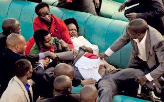 Εγώ, να σας πω την αλήθεια, το βλέπω σαν όργιο μάλλον παρά σαν τσακωμό. Η λεζάντα του πρακτορείου, όμως, μας λέει ότι πρόκειται για σύρραξη στο Κοινοβούλιο της Ουγκάντας, ανάμεσα σε βουλευτές της αντιπολίτευσης και αστυνομικούς με πολιτικά, εξαιτίας νόμου που παρατείνει τη θητεία του προέδρου.