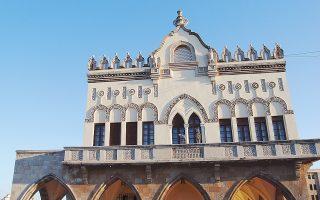 Στη Ρόδο, το εντυπωσιακό κτίριο της Περιφέρειας Νοτίου Αιγαίου χτίστηκε από τους Ιταλούς το 1927 σε νεογοτθικό μεσογειακό ύφος.