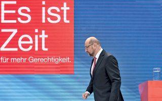 Ο Μάρτιν Σουλτς αποχωρεί έπειτα από συνέντευξη Τύπου που έδωσε χθες στο Βερολίνο, μία ημέρα μετά τη συντριπτική ήττα του κόμματός του.