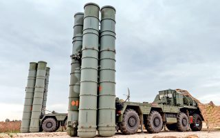 H δυσαρέσκεια των ΗΠΑ και του ΝΑΤΟ για τη στροφή της Τουρκίας προς υψηλής τεχνολογίας οπλικά συστήματα ρωσικής κατασκευής, όπως οι S-400, περιπλέκει έτι περαιτέρω τη στάση και θέση της Ελλάδας.