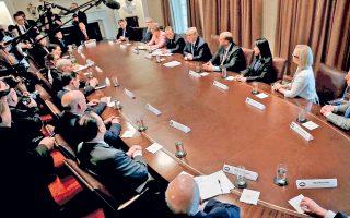 Ο πρόεδρος Τραμπ συνομιλεί με δημοσιογράφους, προτού ξεκινήσει σύσκεψη με βουλευτές και γερουσιαστές και των δύο κομμάτων.