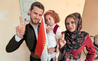 Φορώντας παραδοσιακές ενδυμασίες, το νεαρό ανδρόγυνο βγαίνει από εκλογικό κέντρο του Αρμπίλ, στο ιρακινό Κουρδιστάν. Το μελάνι στον δείκτη πιστοποιεί ότι έχουν ήδη ψηφίσει.