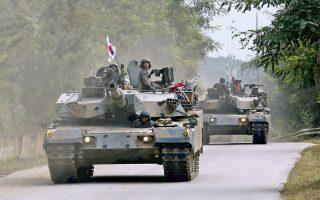 Τεθωρακισμένα άρματα μάχης Κ-1 της Νότιας Κορέας παίρνουν μέρος σε στρατιωτικά γυμνάσια για την αναχαίτιση ενδεχόμενης επίθεσης από τους βόρειους γείτονές της.