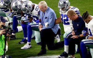 Εδώ και μήνες  στις ΗΠΑ έχει αρχίσει ένα κύμα αντίδρασης από έγχρωμους επαγγελματίες αθλητές του αμερικανικού ποδοσφαίρου κατά των φαινομένων ρατσισμού, που εκφράζεται με το γονάτισμα κατά την ανάκρουση του εθνικού ύμνου.