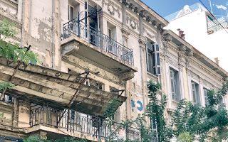 Στην οδό Δεριγνύ 15 και 17 διασώζονται αστικές κατοικίες, που έδιναν το ύφος στην περιοχή.