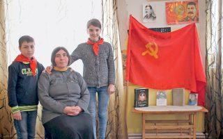 Οικογένεια νοσταλγών του Στάλιν στη Γεωργία. Στο βιβλίο της η Σβετλάνα Αλεξίεβιτς δίνει χώρο και σε όσους δηλώνουν απογοητευμένοι με όσα έφερε η νέα εποχή του καπιταλισμού των ολιγαρχών και της ρωσικής μαφίας, και για τούτο συνεχίζουν να εξυμνούν το μεγαλείο της κομμουνιστικής αυτοκρατορίας.