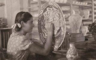Η εργαζόμενη στον «ΙΚΑΡΟ», Ελένη Κουτούνη, χρωματίζει ένα μεγάλο πιάτο στα μέσα της δεκαετίας του 1950.