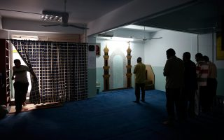 Aντρας εισέρχεται σε αυτοσχέδιο τζαμί στην Καλλιθέα, όπου άλλοι μουσουλμάνοι προσεύχονται. Στον νομό Αττικής λειτουργούν πάνω από 80 τέτοιοι χώροι.