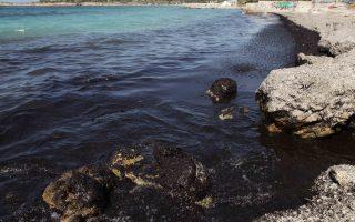 Ρύπανση στην παραλία της Βούλας απο το ναυάγιο του πετρελαιοφόρου «Αγία Ζώνη ΙΙ».