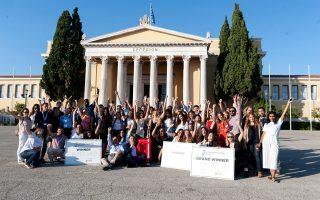 Όλοι οι συμμετέχοντες της Σχολής Επιχειρηματικότητας Αθήνας 2017 έξω από το Ζάππειο Μέγαρο, όπου πραγματοποιήθηκε ο φετινός τελικός.