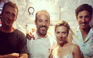 Οι θαμώνες του εστιατορίου Omega3 στη Σίφνο δεν περίμεναν ότι θα δειπνήσει μαζί τους η Σκάρλετ Γιόχανσον. Από τον λογαριασμό Instagram του omega3_sifnos