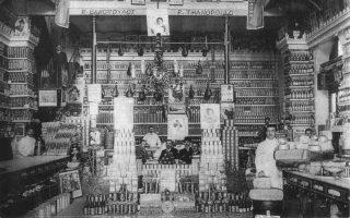 Αθήνα, 1910. Το εσωτερικό του εδωδιμοπωλείου του Π. Θανόπουλου στην οδό Αιόλου 153. Το κατάστημα είχε προκαλέσει τον θαυμασμό για τον μοντέρνο τρόπο λειτουργίας, την αισθητική, την καθαριότητα, την ποικιλία και τη συμπεριφορά, αλλά και την εμφάνιση του προσωπικού.